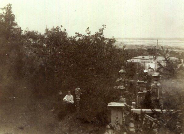 Женщина слева в темном платье - Неонила Николаевна