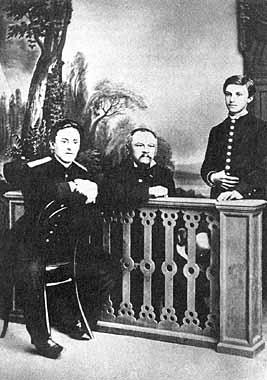 А.М. Достоевский с сыновьями Александром (сидит слева) и Андреем