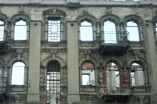 Разрушенное заброшенное старинное здание на ул. Харьковской в Днепропетровск (2)
