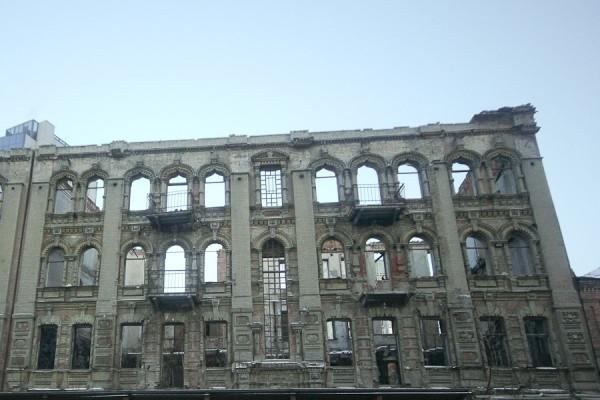 Разрушенное заброшенное старинное здание на ул. Харьковской в Днепропетровск (1)